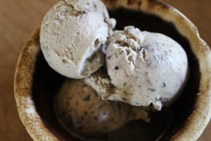 This ricotta ice cream with blueberries and blackberries is refreshing and not too sweet.